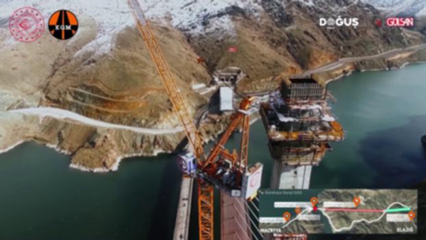 """Kömürhan Köprüsü Bağlantı Tüneli ile Yolu Projesi'nde %90 fiziki gerçekleşme oranına ulaşıldı : Karayolları Genel Müdürlüğü tarafından ihale edilen yaklaşık 186 milyon TL sözleşme bedelli """"Kömürhan Köprüsü Bağlantı Tüneli ile Yolu"""" projesinin sözleşmesi, Doğuş İnşaat-Gülşan İnşaat İş Ortaklığı'nca 20 Aralık 2013 tarihinde imzalanmış, projenin yapımına Ocak 2014'te başlanmıştı.   Tek pilonlu kategoride orta açıklığı itibariyle dünya literatüründe 4. sırada yer alan ve yapımı tamamlandığında Doğu Anadolu'nun 16 ili için geçiş noktası olacak proje dahilinde Segment-6, Fırat Nehri üzerinden yüzdürülerek 18 Haziran 2019 tarihinde monte edilmişti.   Toplam uzunluğu 660 metre olan gergin eğik askılı tipteki Kömürhan Köprüsü'nün bugün itibariyle; 168,5 metre yüksekliğindeki pilonun ile köprü orta açıklığını oluşturan 25 adet (380 m) çelik segmentin, 20 adedinin imalatı ve 16 adet segmentin (246 m) montajı tamamlanmıştır. Ayrıca Kömürhan Tüneli'nin (2x2400=4800 m) çift tüplü olarak nihai beton kaplaması bitirilmiştir. An itibariyle; projenin fiziki gerçekleşme oranı % 90'dır.  Lojistik açıdan önemli bir yere sahip olan, """"özel teknolojik köprü"""" sınıfındaki bu köprünün 2020 yılı içerisinde tamamlanmasıyla birlikte Malatya ile Elazığ arasındaki en kısa güzergah, kamuya minimum maliyet getirecek şekilde tamamlanmış olacaktır."""
