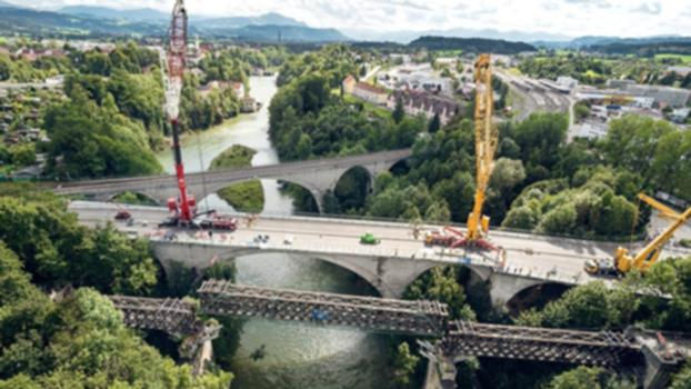 Aushub und Abtransport der König-Ludwig-Brücke in Kempten : In diesem Video der Stadt Kempten ist der komplette Aushub der drei Felder der historischen König-Ludwig-Brücke sowie deren Abtransport zu sehen. Allein das 56 Meter lange Mittelfeld wiegt 126 Tonnen. Zum Vergleich: Das entspricht dem Gewicht von rund 25 Elefanten.  Die König-Ludwig-Brücke ist eine der weltweit ältesten Eisenbahnbrücken aus Holz. Die drei Teile des Bauwerkes werden derzeit in einer Feldwerkstatt saniert und im kommenden Jahr wieder eingebaut.