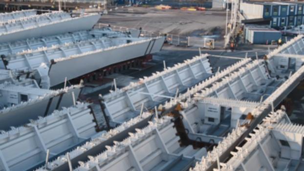 Brobyggarna S01E01 – Stålet kommer : Efter stormar på Biscaya kan det spanska stålet äntligen segla in i Göteborgs hamn. Men det är små marginaler när skeppet Meri ska ta sig igenom Götaälvbron, bara 20 centimeter. Se hur det går i avsnitt ett av Brobyggarna.