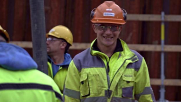 Tillsammans bygger vi Hisingsbron i Göteborg : Skanska har i ett joint venture med Danska MTH fått i uppdrag av Göteborgs stad att bygga Hisingsbron i centrala Göteborg. Bron ska gå över Göta Älv och binda samman älvstränderna. Projektet är en totalentreprenad och utöver bron ingår även en anläggning för spårvägstrafik, nya vägar och anslutningar, installationsarbeten, maskiner och styrsystem för bron samt rivning av gamla Götaälvbron från 1939.