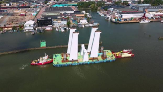 Brobyggarna – Ett landmärke sätts på plats S01E05 : Pylonerna, Hisingsbrons kanske största kännetecken, ska sättas på plats. Men de väger nästan 200 ton – och det blåser kraftiga vindar. Läs mer och se hela serien om Brobyggarna på http://hisingsbron.se SYNTOLKNING: De höga vita pylonerna kommer med båt till Göteborg och sätts på plats. I text syns: Ett nytt landmärke växer nu fram i Göteborg Hisingsbron är en symbol för stadens framtid Människorna som bygger bron skapar historia