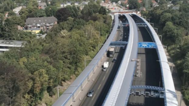 A 7-Ausbau im Norden: Baufertigstellung : Bis Ende 2019 wurde die Bundesautobahn A 7 auf einer Länge von rund 65 km vom Autobahndreieck Hamburg-Nordwest bis zum Autobahndreieck Bordesholm in acht Teilabschnitten ausgebaut. Zu dem ÖPP-Projekt gehörte auch die Errichtung des 560 m langen Lärmschutzdeckels in Schnelsen. © VSN