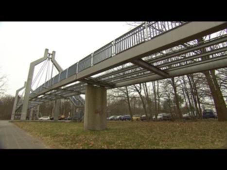 Realer Irrsinn: Brücke ohne Boden   extra 3   NDR : Die Stadt Nürnberg ließ 2008 die maroden Bohlen einer Fußgängerbrücke entfernen. Die Instandsetzung war zu teuer, der Abriss aber auch. Gewartet werden muss der Brückentorso dennoch. E