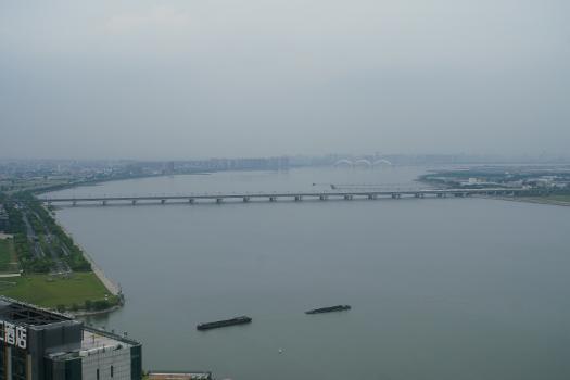中文:从远处俯瞰钱江二桥和钱江铁路新桥