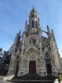 Façade de la Basilique Notre-Dame-des-Enfants à Châteauneuf-sur-Cher : Seul édifice religieux en France dédié aux enfants. En 1861, l'abbé Ducros est nommé à la cure de Châteauneuf-sur-Cher. L'église est quasiment en ruine. Il a alors l'idée de demander deux sous à tous les enfants de France pour la reconstruire. Il reçoit beaucoup de petits dons, souvent accompagnés de lettres. Dans l'une d'elles, une fille de dix ans habitant Semur-en-Brionnais, évoque Notre-Dame des Enfants . L'idée est adoptée. La première pierre est posée en 1869, l'édifice est ouvert au culte en 1879, est achevé en 1886. Le pape Léon XIII l'érige en basilique mineure en 1896. Elle est consacrée le 24 avril 1898. Notre-Dame des Enfants Histoire de l'église de Châteauneuf-sur-Cher