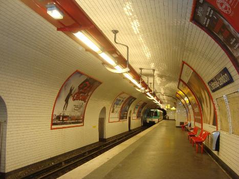 Quai de la station Chateau Landon sur la ligne 7 : Une rame s'éloigne en direction d'Ivry-Villejuif.