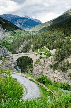 Le pont d'Asfeld vu de la porte avec les vallées avoisinantes