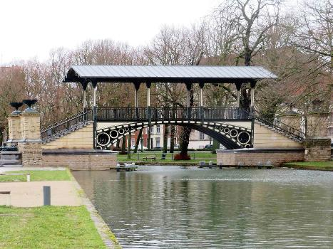 """Le pont Napoléon à Lille : Le """"Pont Napoléon"""", qui enjambe une section canalisée de la rivière Moyenne-Deûle à Lille, près de la Citadelle Vauban."""