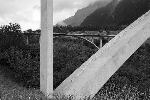 Die Cascellabrücke mit dem Widerlager der Naninbrücke im Vordergrund