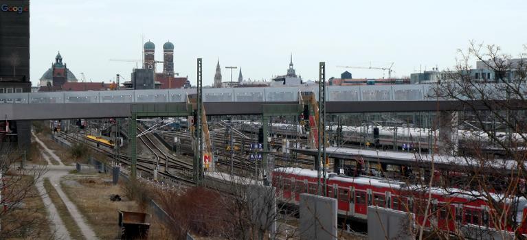 Der Arnulfstegs während der Bauarbeiten von Westen gesehen