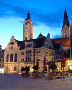 Ingolstadt - Der Rathausplatz mit Altem Rathaus, Pfeiffturm, Turm der Moritzkirche und Teil des Neuen Rathauses (v.l.n.r.)