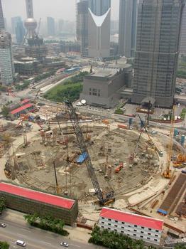 Baustelle desShanghai Towersaus südlicher Perspektive (Juni 2009). Im Vordergrund Arbeiterunterkünfte. Im Hintergrund Jin-Mao-Tower und Oriental Pearl Tower