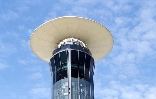 Flughafen Charles de Gaulle - Kontrollturm am Terminal 2