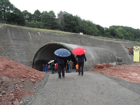 Tunnel Küchen während des Baus : Bauzustand des Westportals bei der Offiziellen Durchstichfeier am 26.08.2014 Die Südröhre ist noch nicht durch.