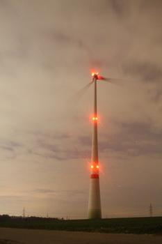 Enercon E-82 Windkraftanlage Ingersheim bei Nacht