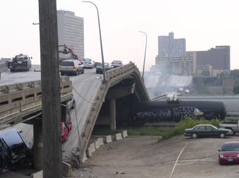 Die Reste der I-35W-Brücke über den Mississippi nach dem Einsturz in den Fluß