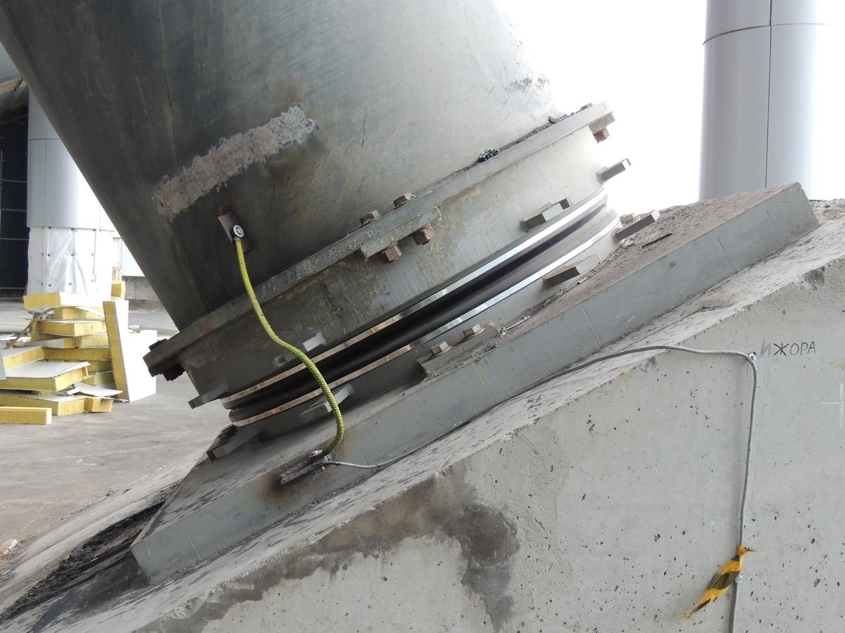 Mediendatei Nr. 268870 Eines der acht Pylonlager: Sie sind bei einem vergleichsweise geringen Durchmesser von 1.600 mm für eine große Verdrehung von ±0.025 rad sowie für eine enorme Auflast von ca. 10.000 to ausgelegt.