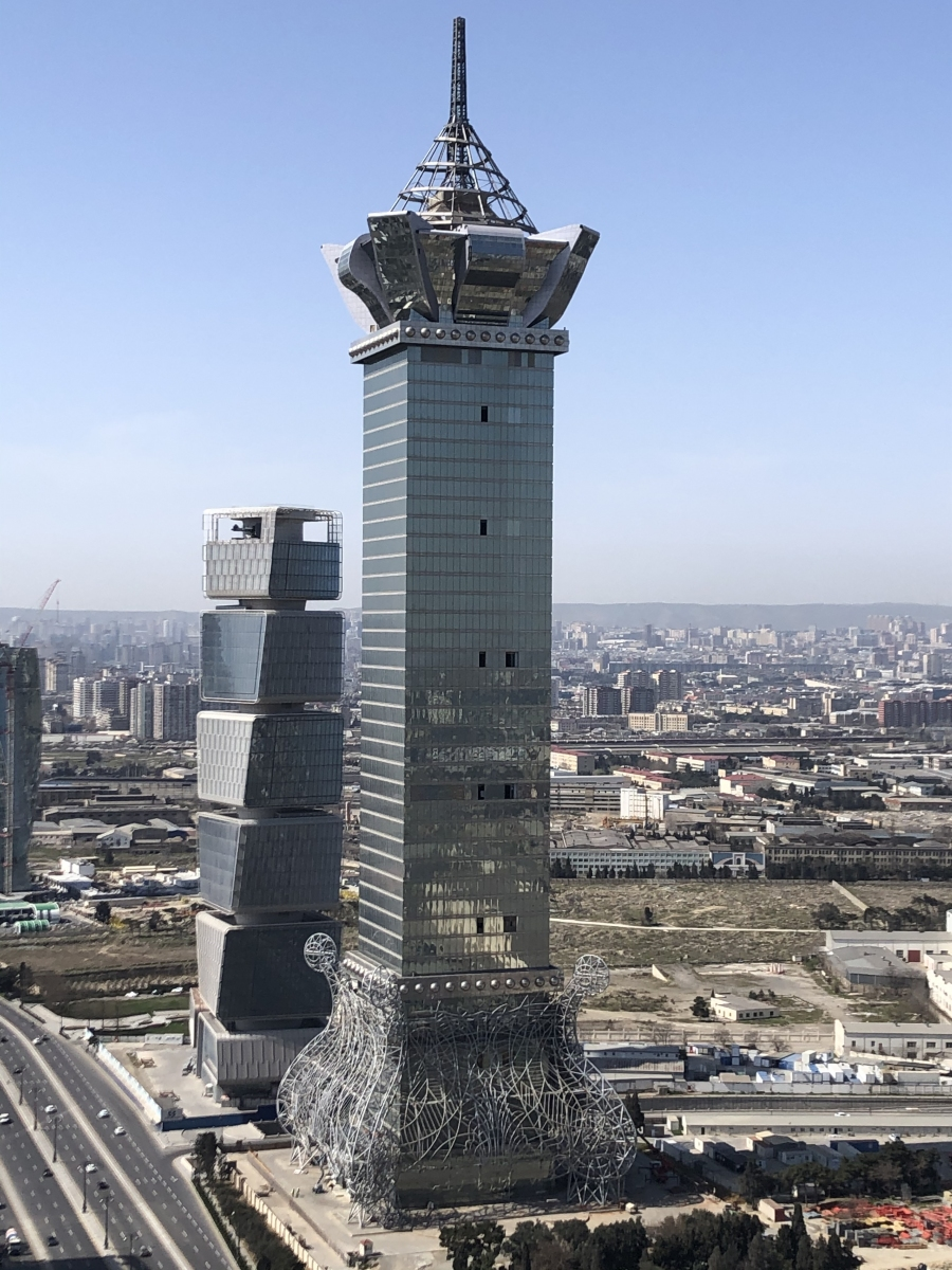 Baku-Turm Oberhalb der breitesten Stelle der Krone arbeitet der Schwingungsdämpfer.