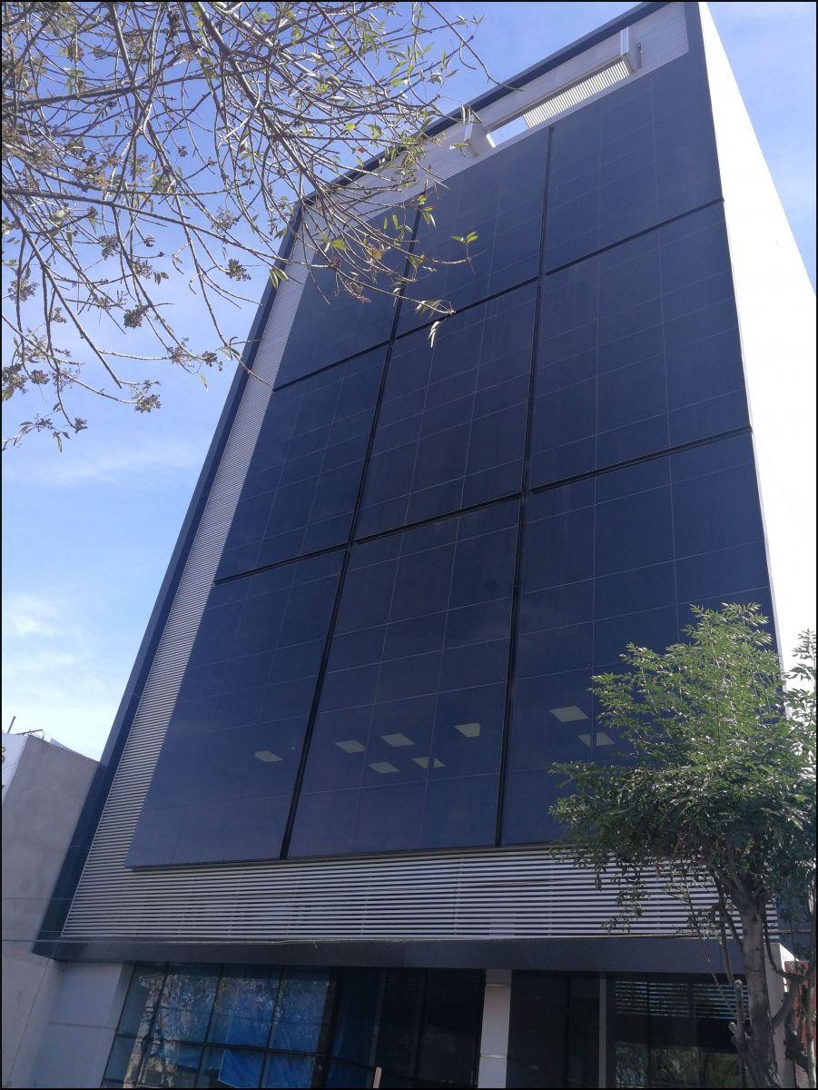 Das neue 9-stöckige Bürogebäude des Versicherungsmaklerunternehmen Consejeros in Peru ist schlank, unsymmetrisch und weich gebaut.