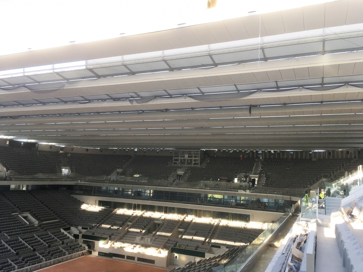 """New retractable roof for Roland Garros View into the """"new"""" stadium in February 2020. The roof girders run on tracks on the left and on the right."""