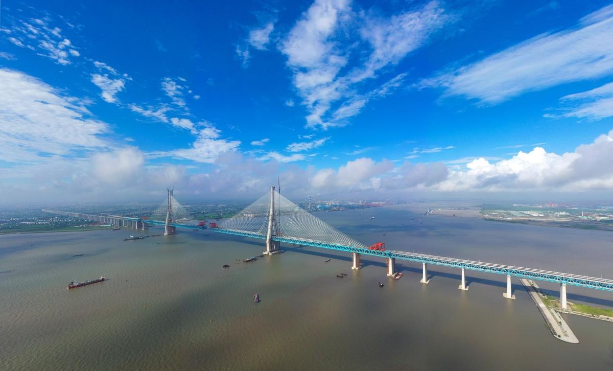 Pont record en Chine: le pont Hutong d'une longueur de 11 km avec le pont central à haubans d'une longueur de 1092 m