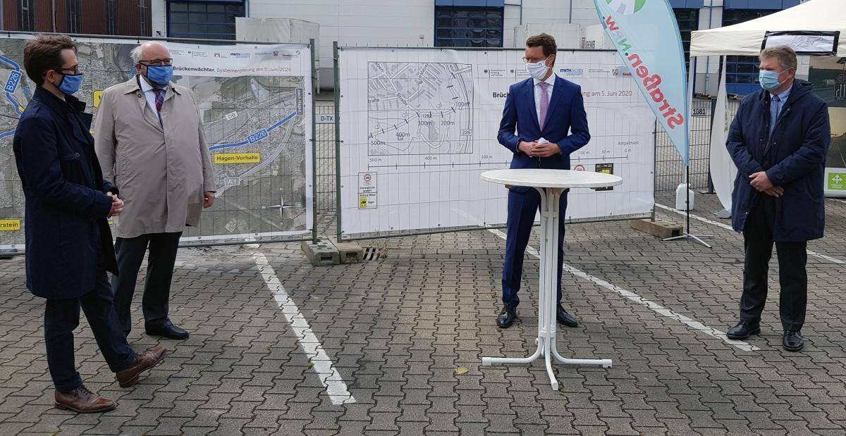 """Pilotprojekt """"Brückenwächter"""": Veranstaltung zur Freischaltung Freischaltung mit NRW-Verkehrsminister Hendrik Wüst und Straßen.NRW-Abteilungsdirektor Thomas Oehler (2. v.l.)"""