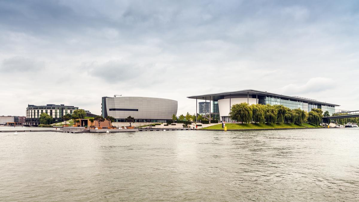 Autostadt Wolfsburg vom Mittellandkanal aus gesehen. Die Autostadt ist ein Museum und Erlebnispark der Volkswagen AG in Wolfsburg in unmittelbarer Nähe des Volkswagenwerks.