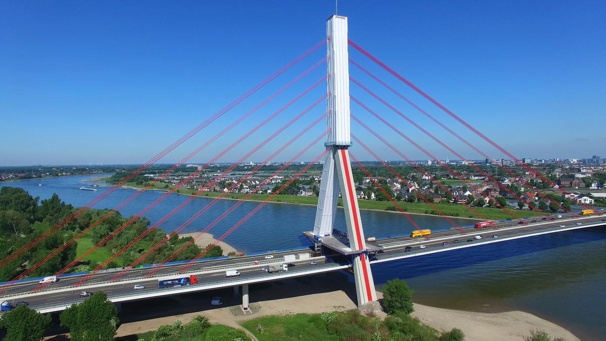 Gerüst für die Betonsanierung des Pylonen der Fleher Brücke in Düsseldorf