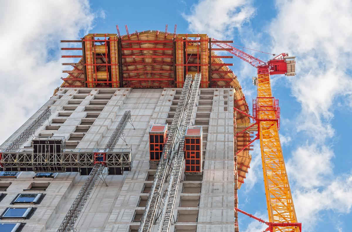 Image No. 272903 For constructing the barrel-shaped section of the Henninger Turm, a cantilevered working and scaffolding platform up to 8 m long was formed at a height of 100 m on the basis of rentable standard system components in 100 m height.