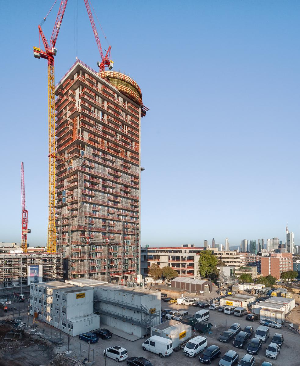 With a height of 140 m, the new Henninger Turm is one of the highest high-rise residential buildings in Germany. With a height of 140 m, the new Henninger Turm is one of the highest high-rise residential buildings in Germany.