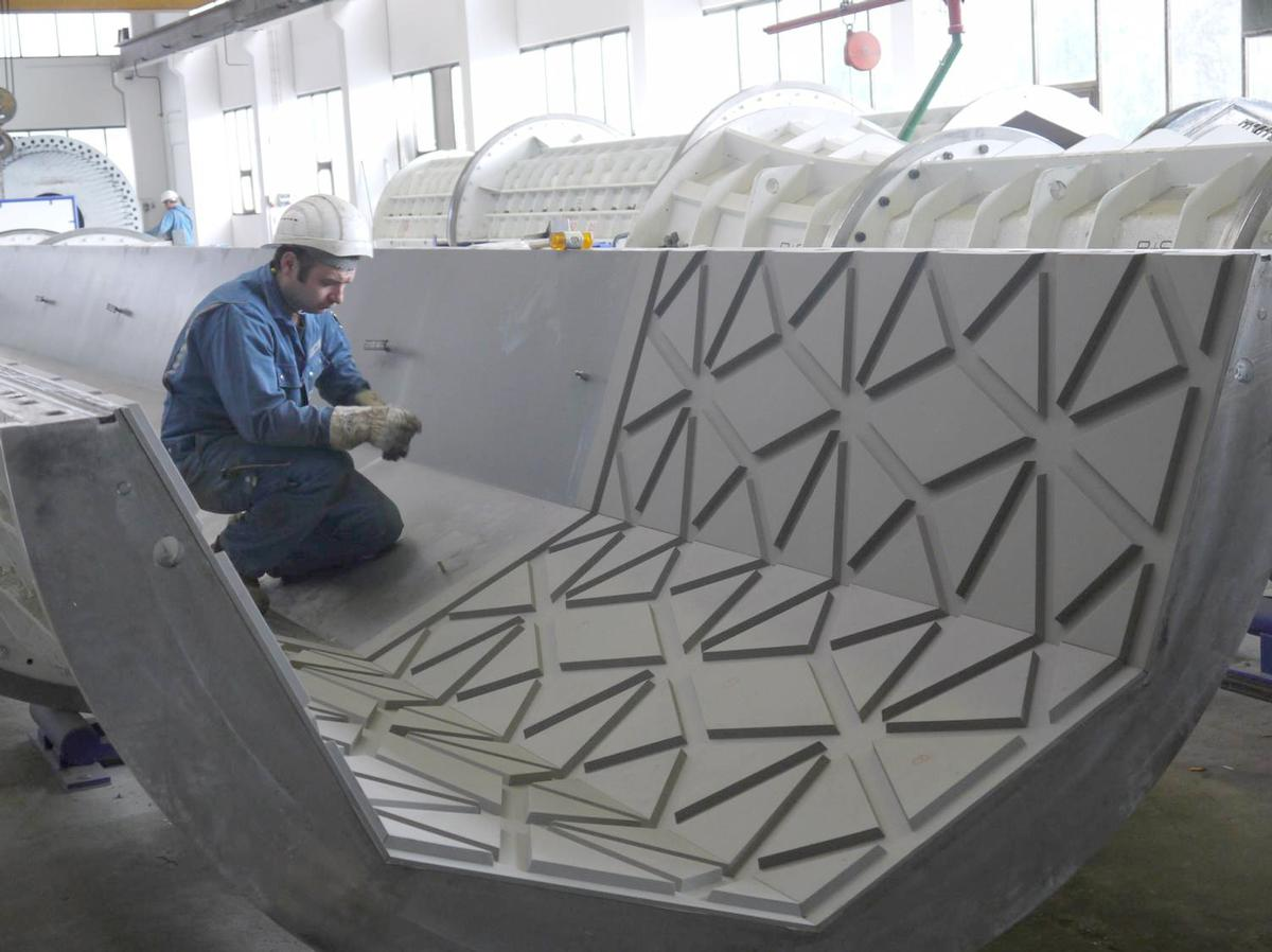 Die sternförmigen Reliefs der Moscheesäulen werden beim Schleuderprozess direkt mit geformt