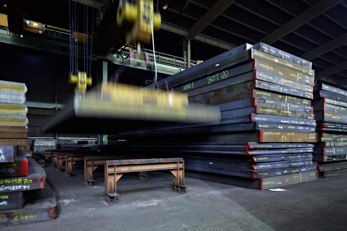 Die bis zu 1,7 Tonnen schweren Stahlplatten der Jebens GmbH haben eine tragende Rolle für die Schleuderbetonsäulen und damit für den Moscheebau insgesamt