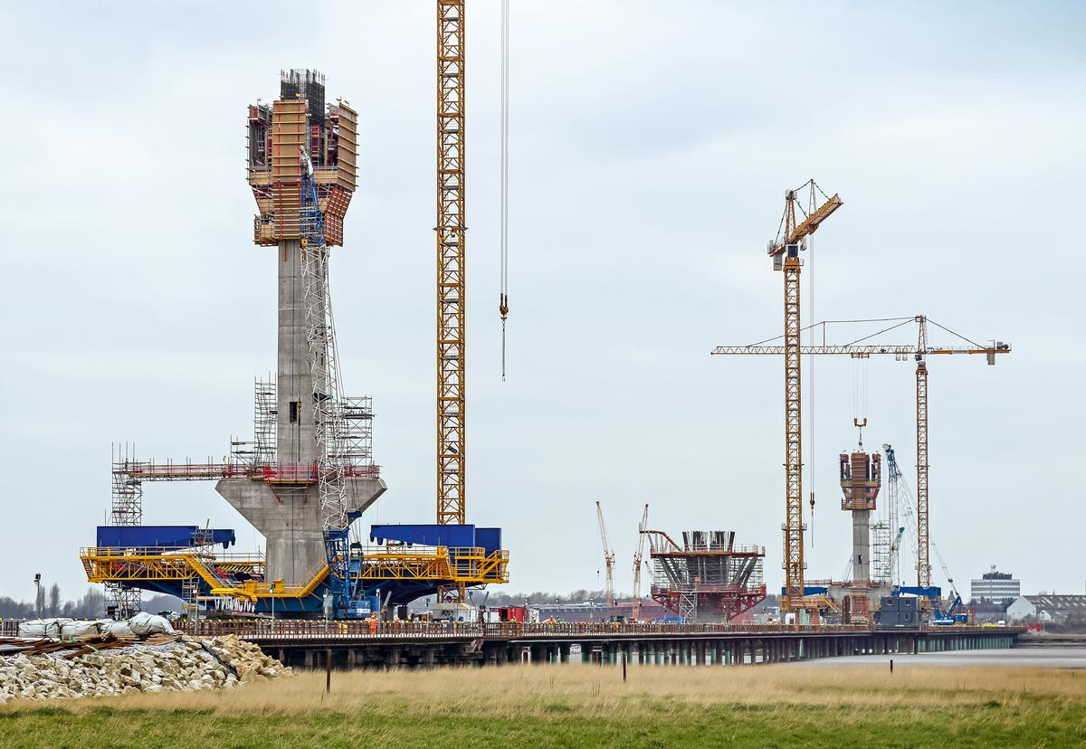 Media File No. 272777 A total of 3 pylons up to 125 m high carry the new bridge in North-West England which spans around 1,000 m over the River Mersey. Together with the two approach bridges, the Mersey Gateway Bridge is 2,130 m long. The project-specific self-climbing formwork from PERI ensured crane-free working operations, in all weather conditions.