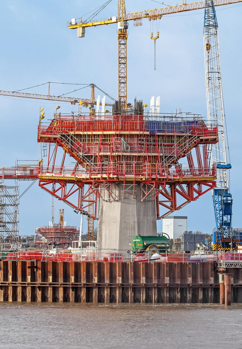 Media File No. 272780 With horizontally-positioned SB Brace Frame Units, generously-sized working levels were realized; in addition, they facilitated the load transfer of the cantilevered concreting sections above into the pylon shaft.
