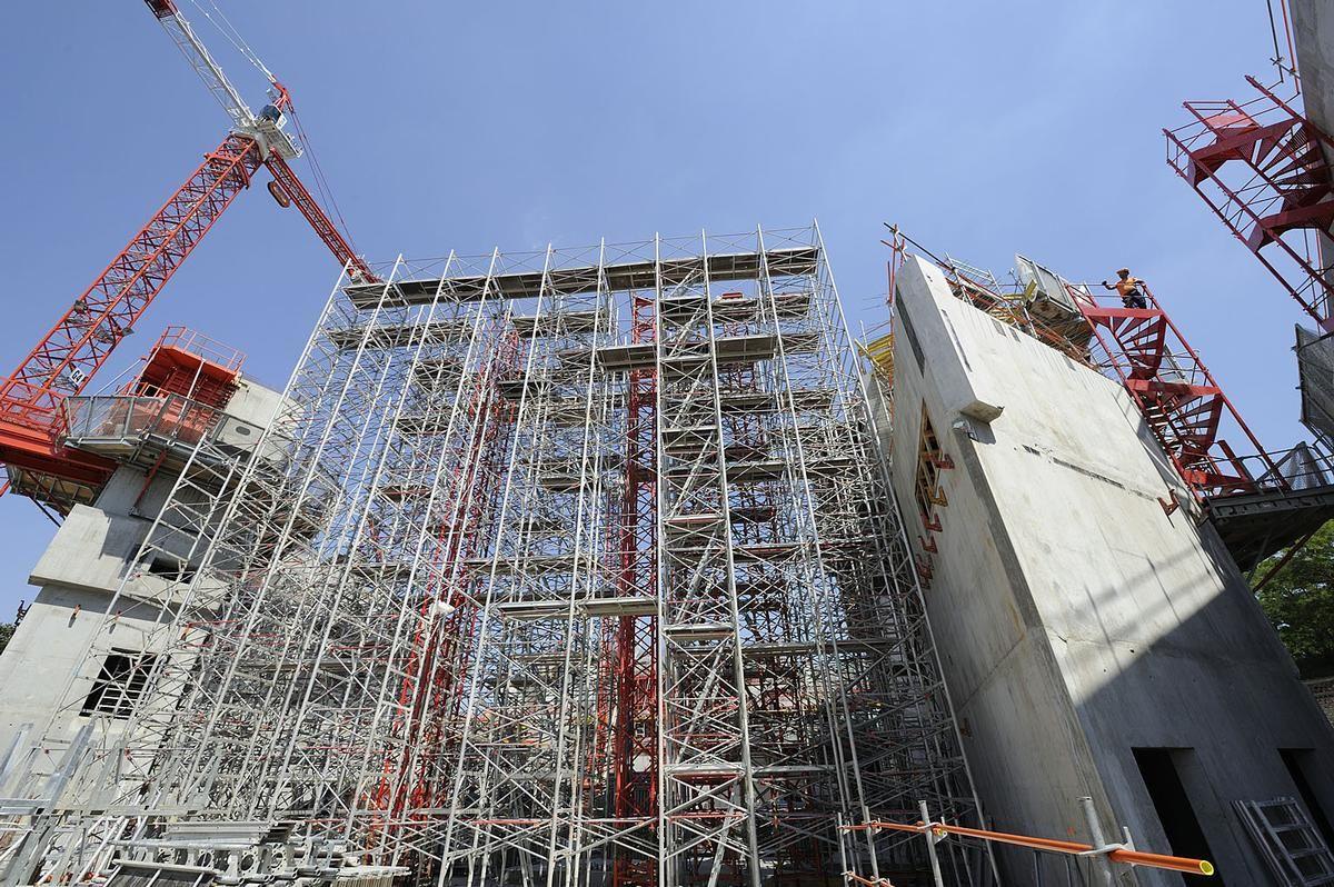 Große Höhen und enorme abzuleitenden Lasten machen den Traggerüstbau beim Bau der Pariser Philharmonie zu einer anspruchsvollen Aufgabe.