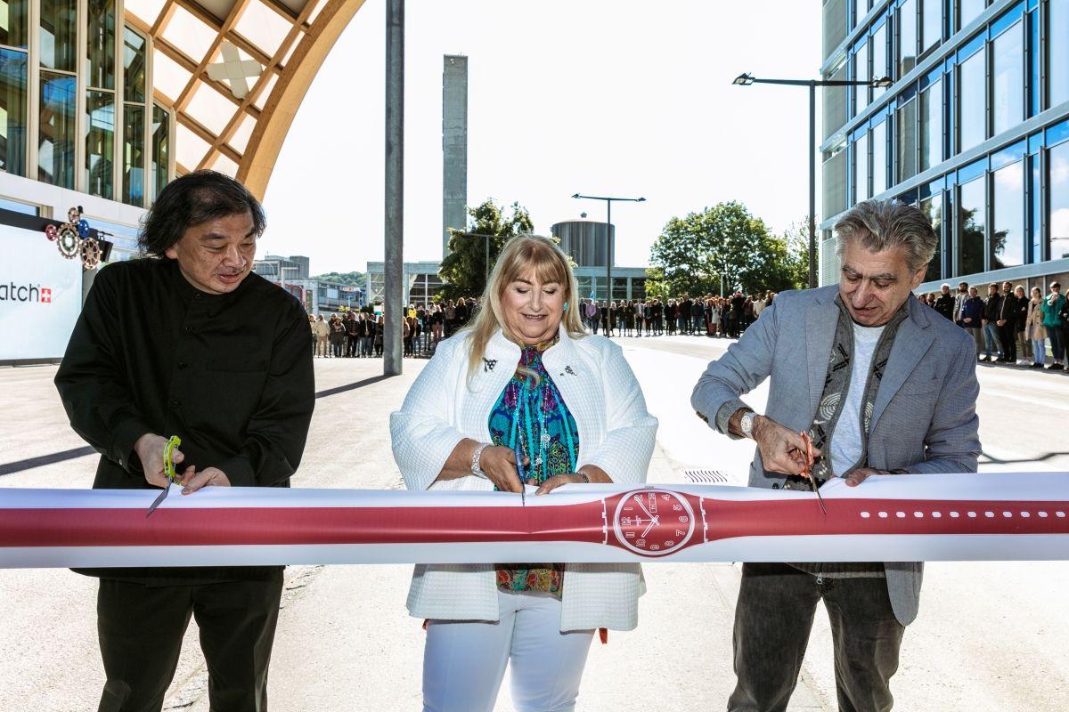 Inauguration du nouveau siège de Swatch à Bienne avec l'architecte, Shigeru Ban, à gauche.
