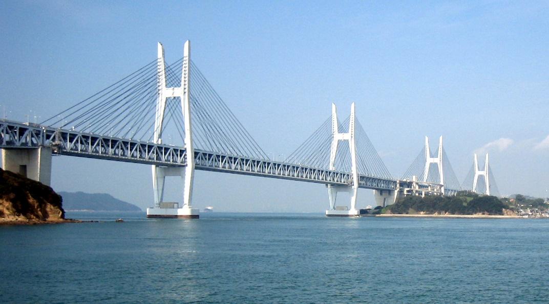 Iwagurojima-Brücke (links) und Hitsuishijima-Brücke (rechts)