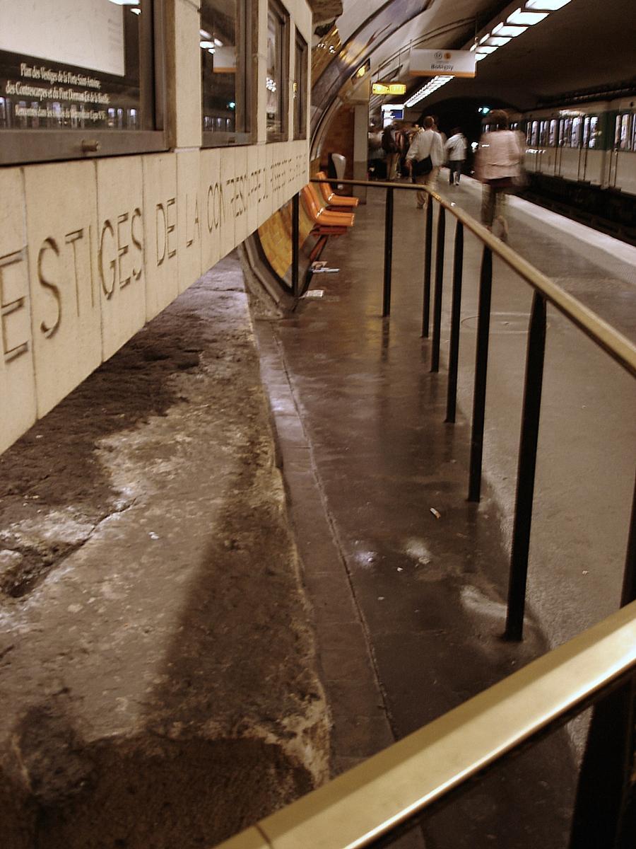 Métro de Paris, ligne n°5, station Bastille.<br>Vestiges de la Bastille.