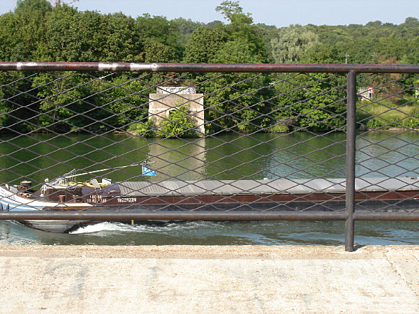 Reste der Hängebrücke Etiolles
