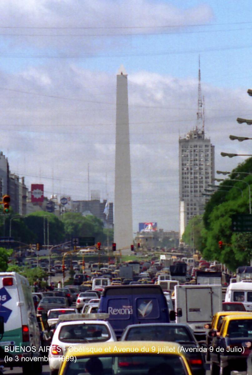Fiche média no. 23900 BUENOS AIRES - L'Obélisque de 70m (construite en 1936) et l'Avenue du 9 juillet (9 juillet 1816, indépendance totale de l'Argentine), réputée pour être le plus large boulevard urbain du monde: 130m