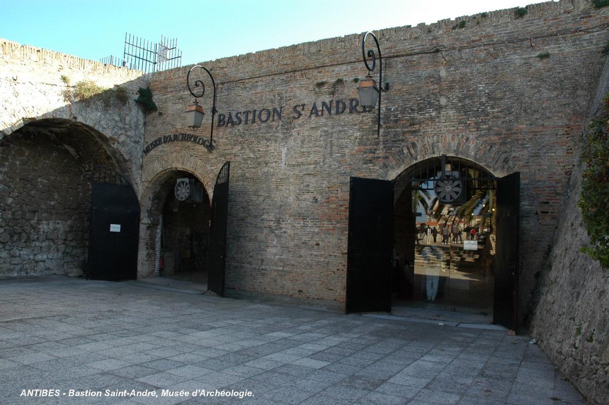 Fiche média no. 57278 ANTIBES (06, Alpes-Maritimes) – Le « Bastion Saint-André », ancien fort à l'extrémité sud des remparts du 17e siècle, aujourd'hui Musée d'Archéologie