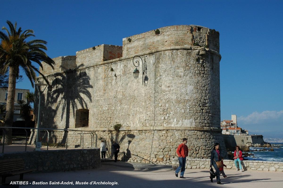 Fiche média no. 57279 ANTIBES (06, Alpes-Maritimes) – Le « Bastion Saint-André », ancien fort à l'extrémité sud des remparts du 17e siècle, aujourd'hui Musée d'Archéologie