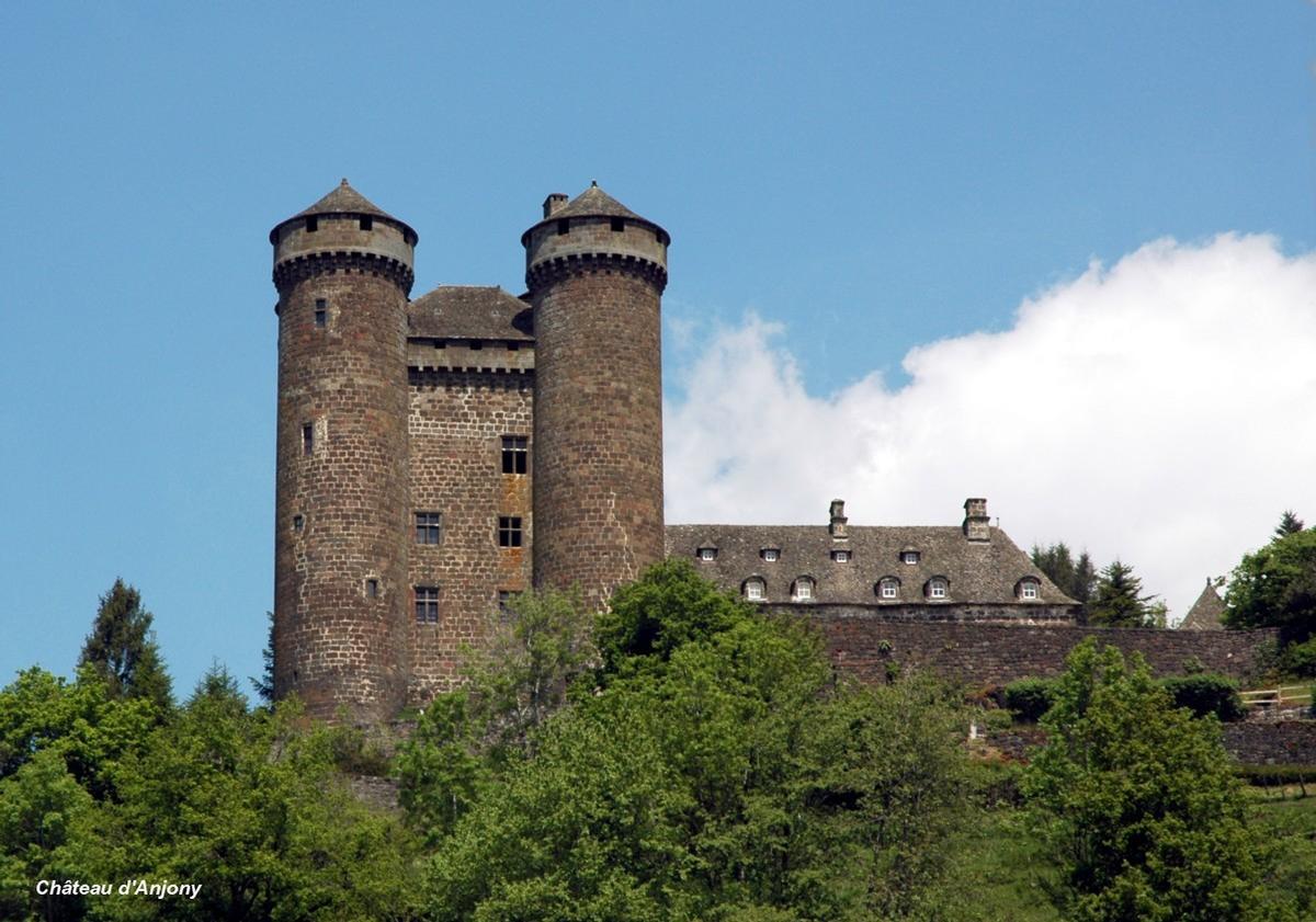 TOURNEMIRE (15310, Cantal, Auvergne) - Château d'Anjony, construit au XVe en pierre de basalte rougeatre.