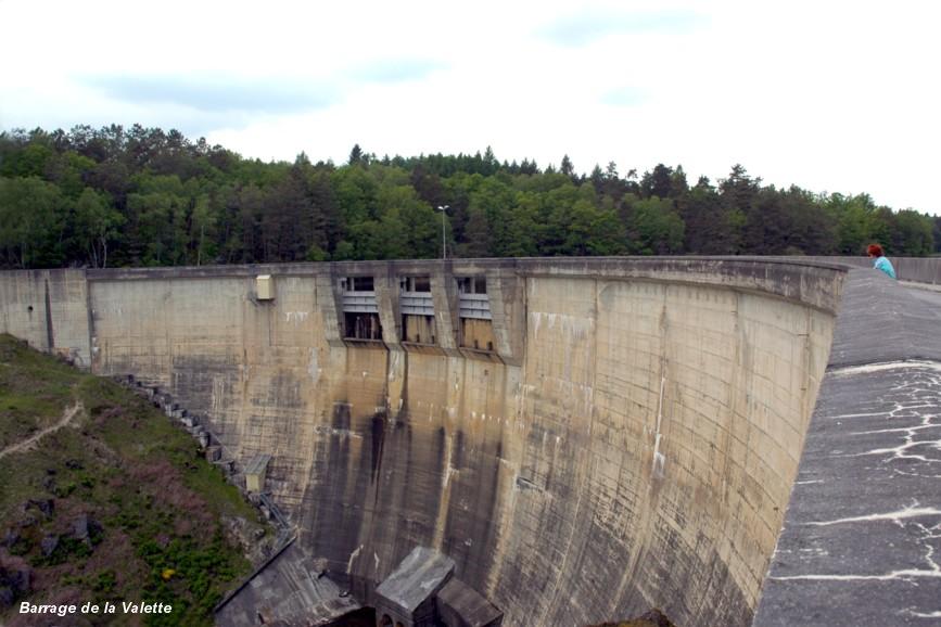 Fiche média no. 113359 Barrage de La VALETTE, également nommé barrage de MARCILLAC, communes de Marcillac-la-Croisille (19320) et de Saint-Pardoux-la-Croisille (19320) – Barrage en voûte mince sur le Doustre. Evacuateur de crues par trois pertuis équipés de vannes wagon, en pied de barrage vanne de fond et de débit réservé