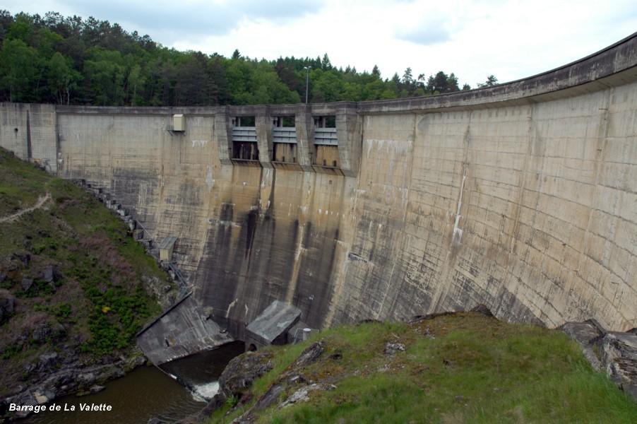 Fiche média no. 113360 Barrage de La VALETTE, également nommé barrage de MARCILLAC, communes de Marcillac-la-Croisille (19320) et de Saint-Pardoux-la-Croisille (19320) – Barrage en voûte mince sur le Doustre. Evacuateur de crues par trois pertuis équipés de vannes wagon, en pied de barrage vanne de fond et de débit réservé