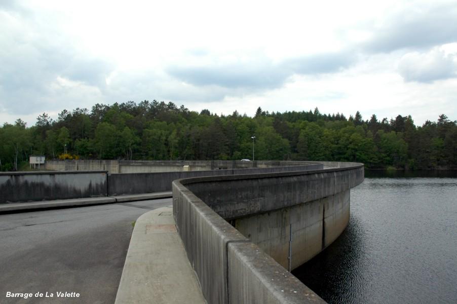 Barrage de La VALETTE (19, Corrèze) – Barrage de La VALETTE (19, Corrèze) – route sur la crête du barrage