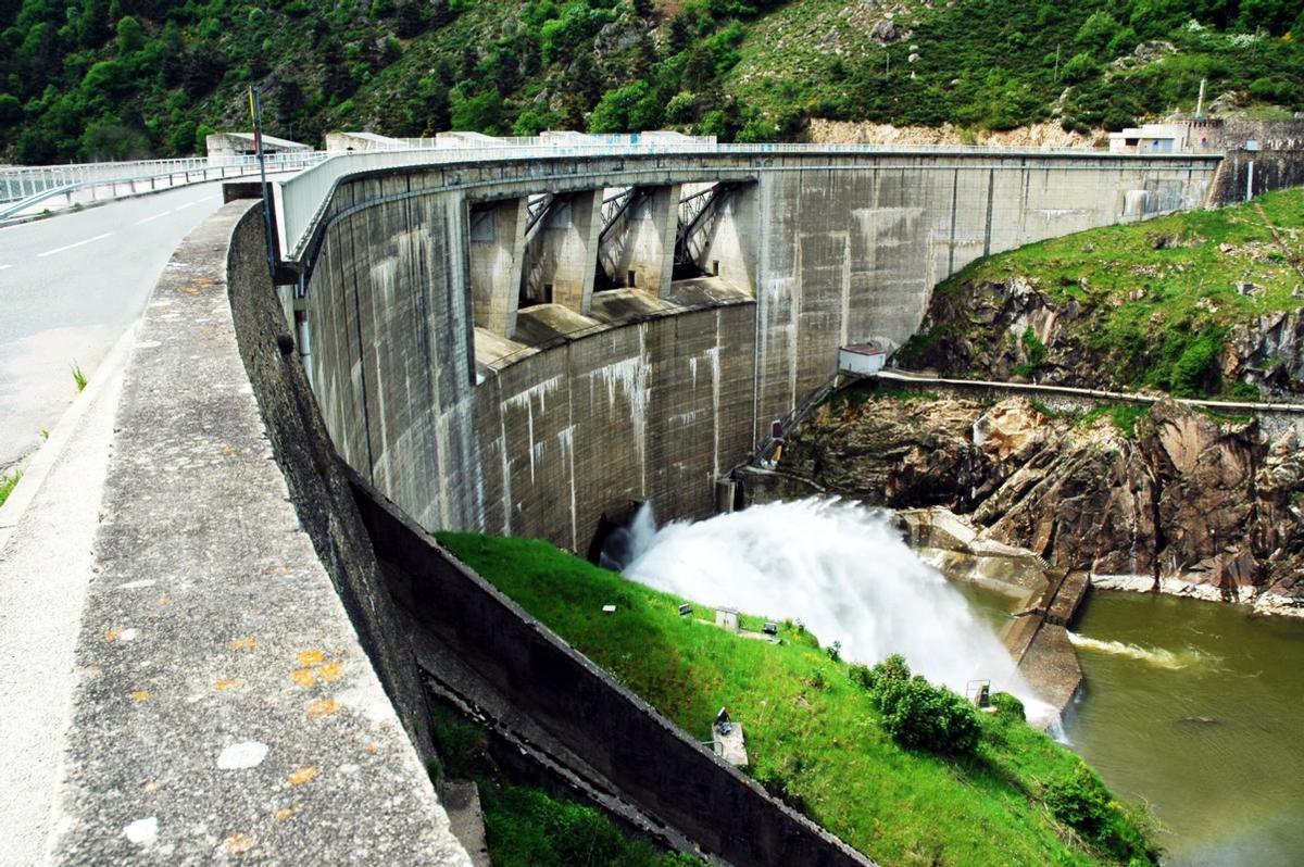Fiche média no. 140151 Chambles (42170) et St-Just - St-Rambert (42170) - Barrage de Grangent , l'évacuateur de crues principal est constitué de 4 pertuis équipés de vannes segment