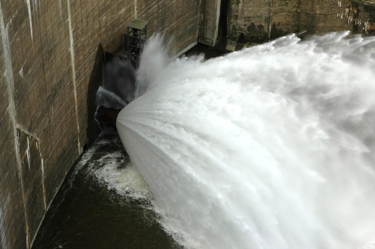 Chambles (42170) et St-Just - St-Rambert (42170) - Barrage de Grangent, le débit réservé est fourni par une vanne de fond Chambles (42170) et St-Just - St-Rambert (42170) - Barrage de Grangent , le débit réservé est fourni par une vanne de fond