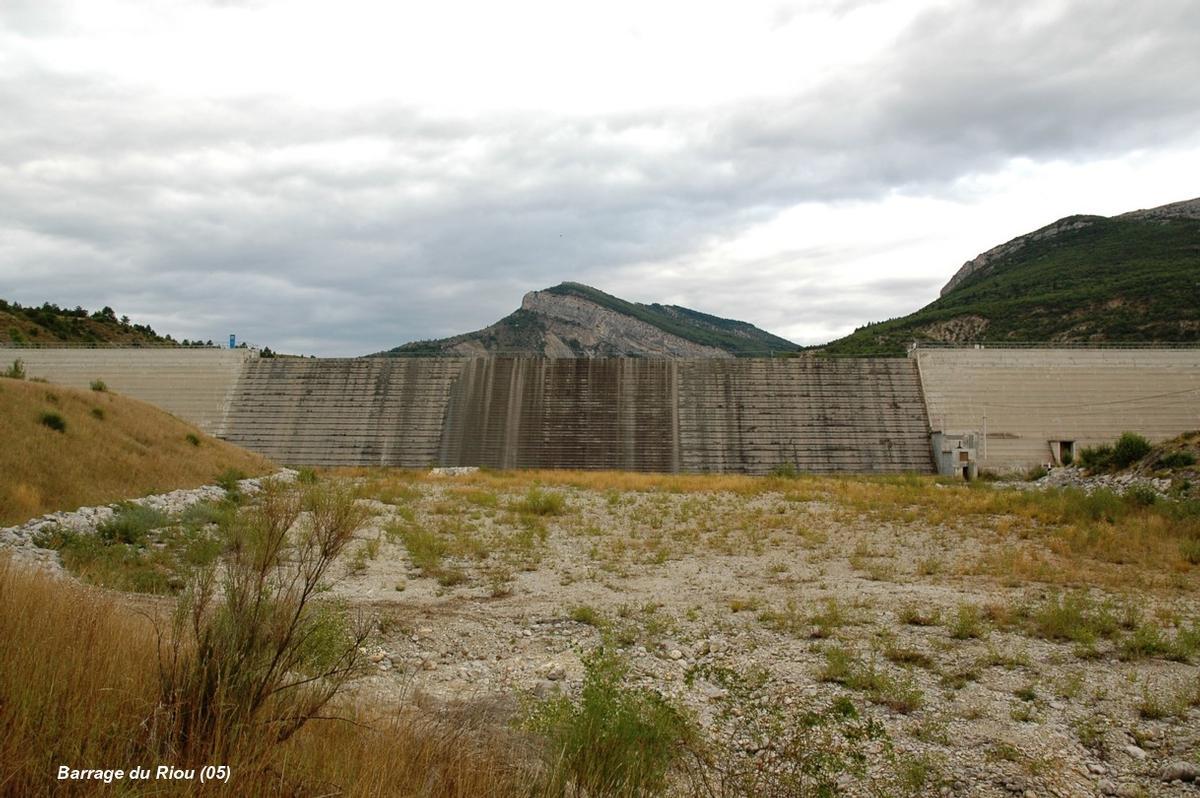 Barrage du RIOU (communes: Saint-Genis et Eyguians, 05300) – Le déversoir