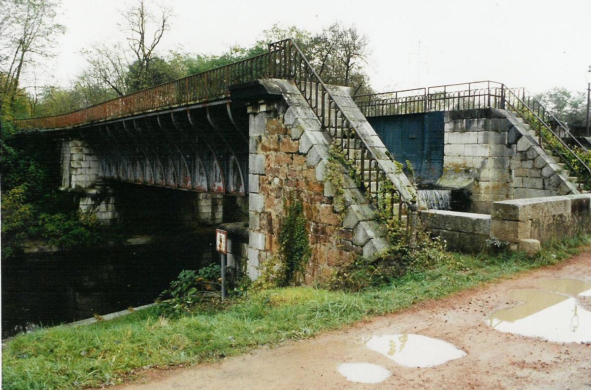 Brücke bei Roanne, die den Fluß Oudan über den Kanal von Roanne nach Digoint rägt